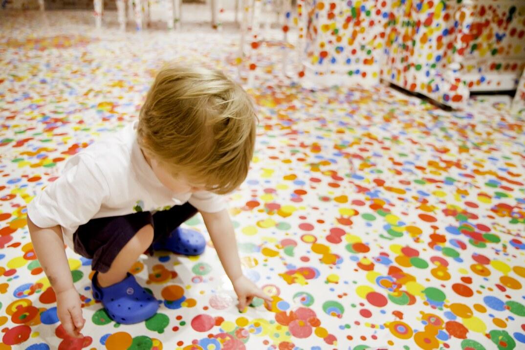 installazione-arte-stanza-bianca-adesivi-colorati-bambini-the-obliteration-room-8