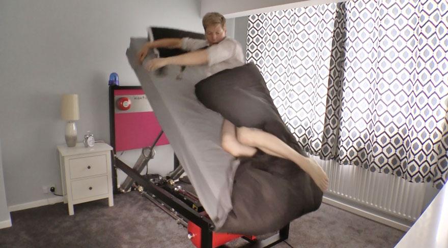 letto-catapulta-invenzione-colin-furze-1