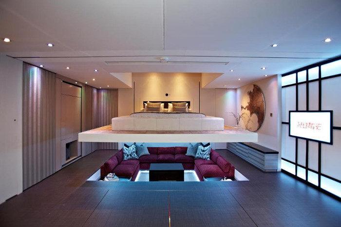 Un letto invisibile scende dal soffitto e trasforma il salotto in ...