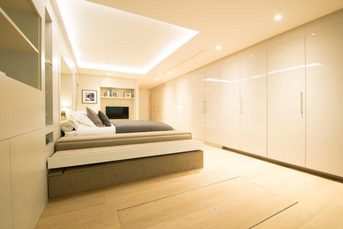 Un letto invisibile scende dal soffitto e trasforma il salotto in camera da letto keblog - Letto a scomparsa soffitto ...