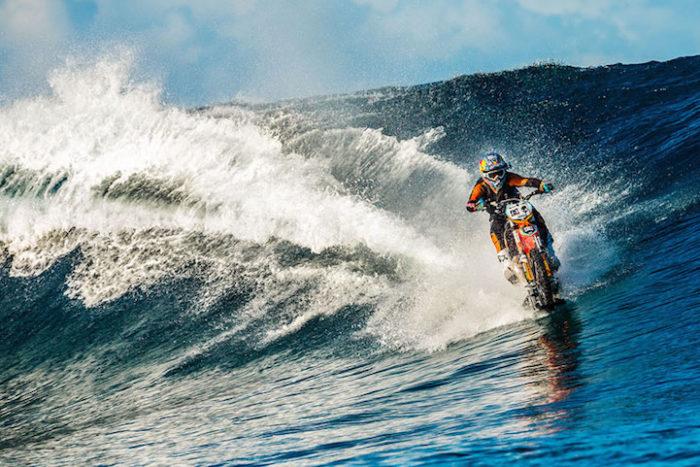motociclista-cavalca-onda-usando-moto-tahiti-robbie-maddison-1