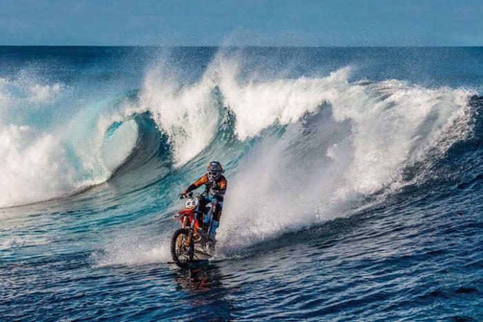 motociclista-cavalca-onda-usando-moto-tahiti-robbie-maddison-3