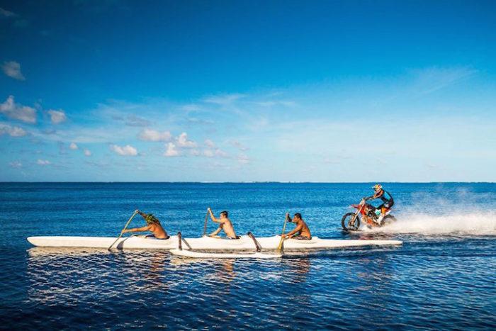 motociclista-cavalca-onda-usando-moto-tahiti-robbie-maddison-6