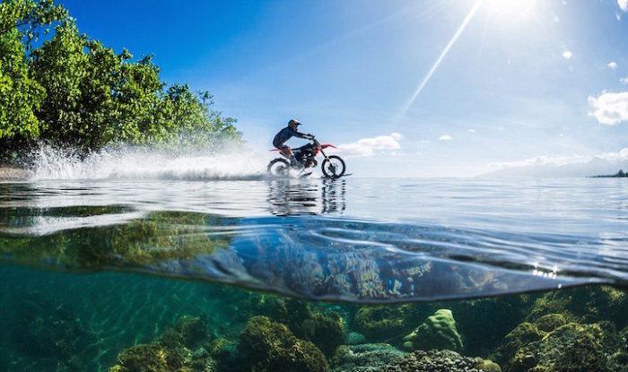 motociclista-cavalca-onda-usando-moto-tahiti-robbie-maddison-7