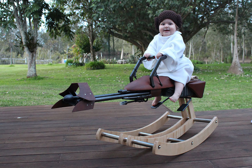 padre-costruisce-cavallo-dondolo-ispirato-speeder-bike-star-wars-2