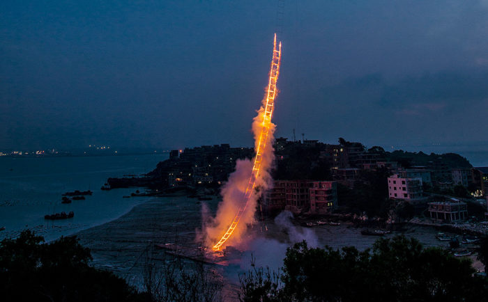 performance-arte-scala-fuoco-cielo-sky-ladder-cai-guo-qiang-2