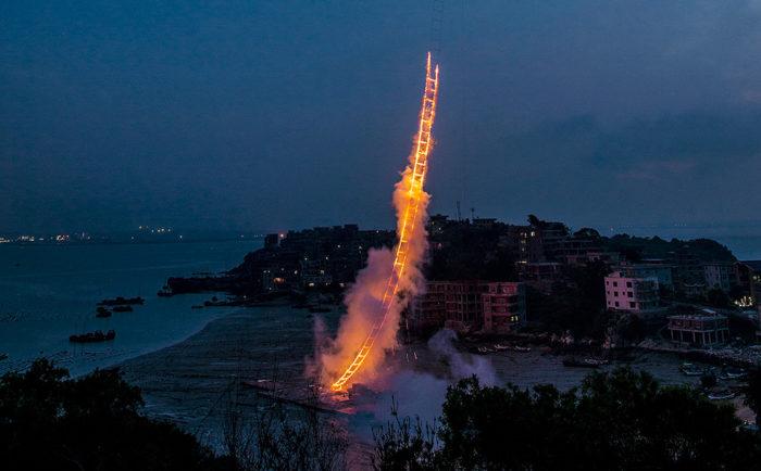 performance-arte-scala-fuoco-cielo-sky-ladder-cai-guo-qiang-2