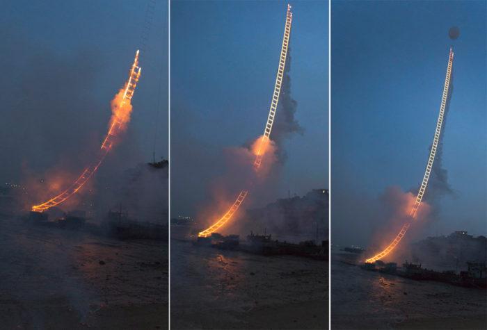 performance-arte-scala-fuoco-cielo-sky-ladder-cai-guo-qiang-3