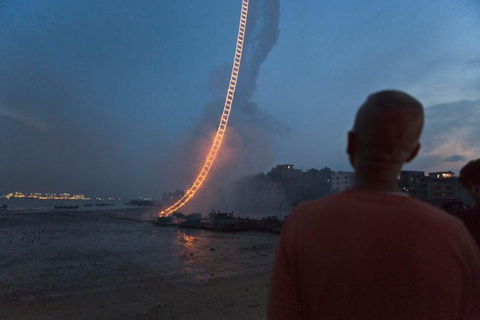 performance-arte-scala-fuoco-cielo-sky-ladder-cai-guo-qiang-4