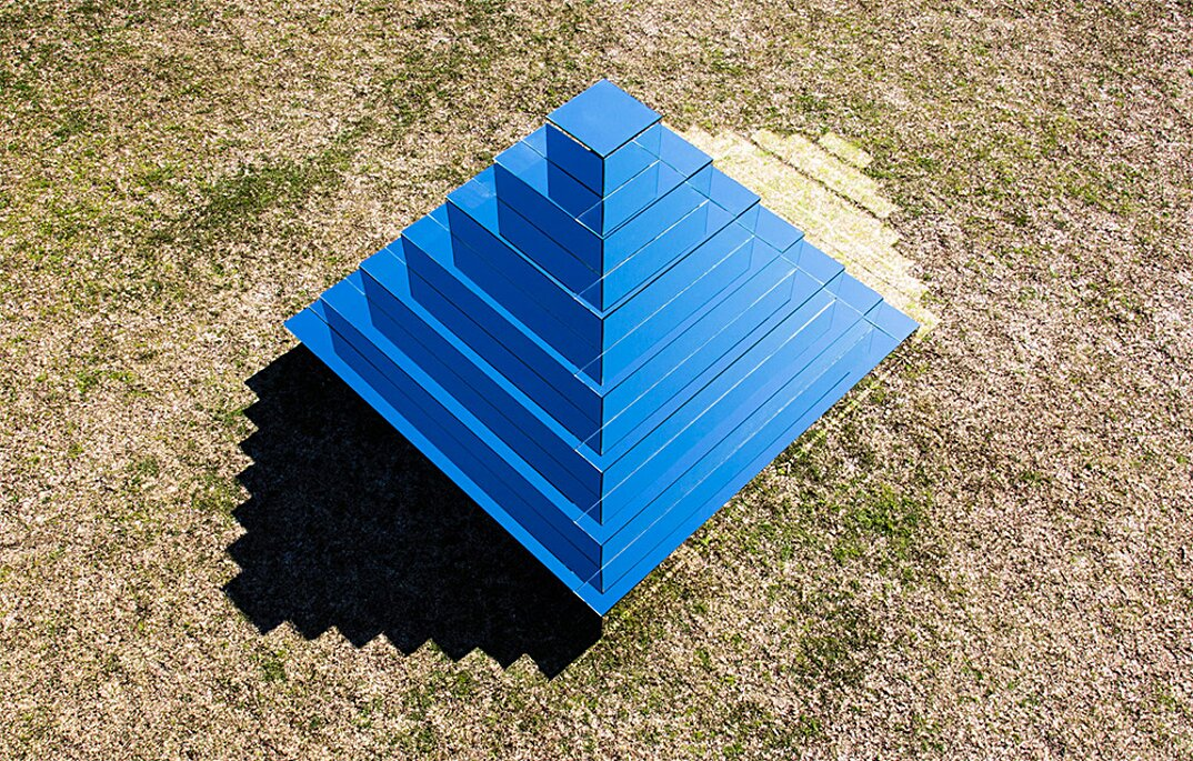 piramide-ziqqurat-specchi-arte-scultura-mirrored-ziggurat-shirin-abedinirad-1