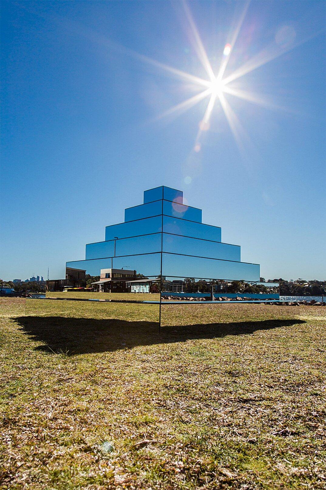 piramide-ziqqurat-specchi-arte-scultura-mirrored-ziggurat-shirin-abedinirad-2
