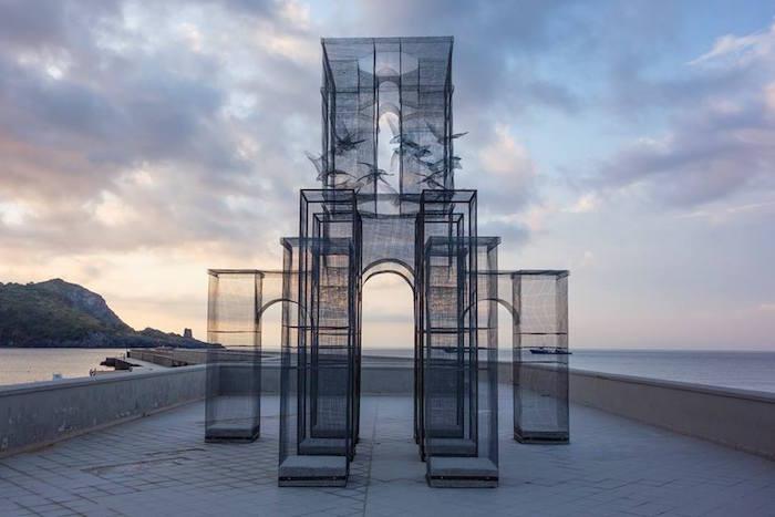 scultura-installazione-rete-filo-metallico-edoardo-tresoldi-marina-di-camerota-incipit-1