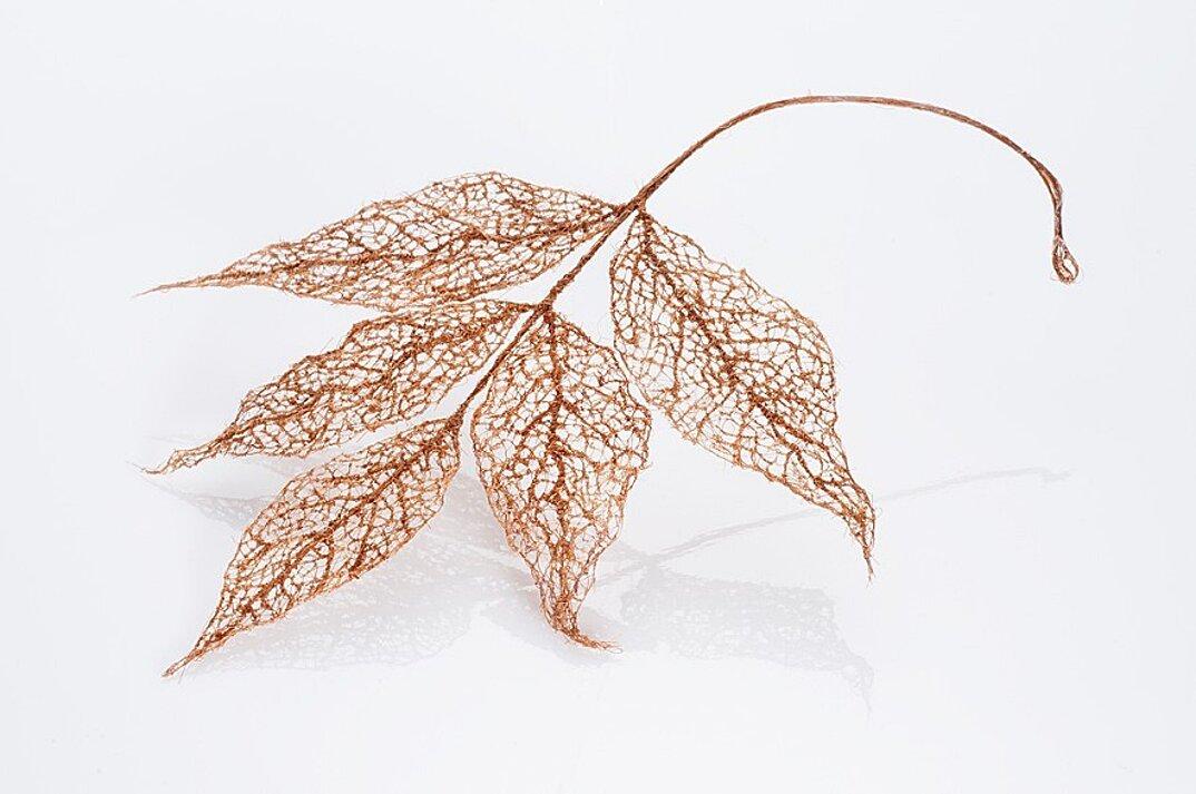 sculture-foglie-secche-capelli-umani-arte-jenine-shereos-05