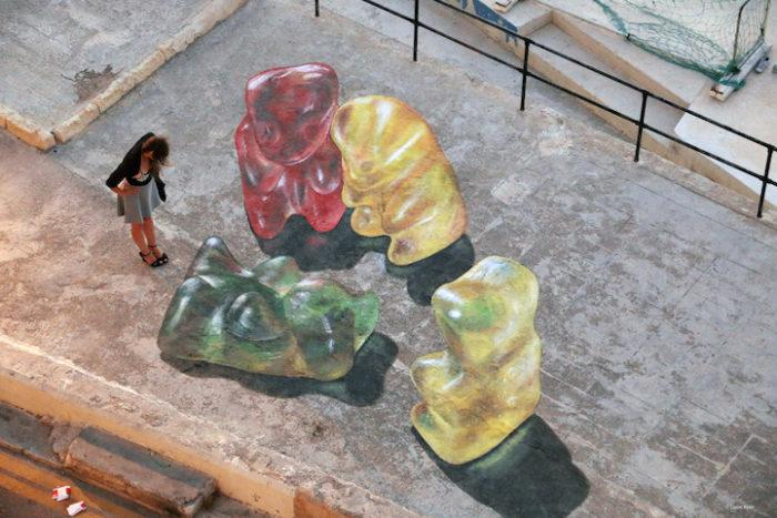 street-art-dipinti-anamorfici-orsetti-caramelle-leon-keer-3
