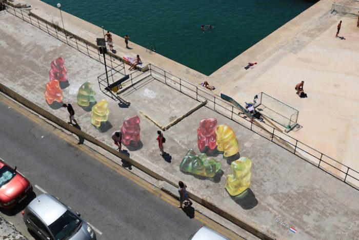 street-art-dipinti-anamorfici-orsetti-caramelle-leon-keer-5