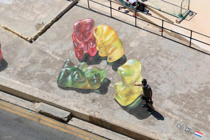 street-art-dipinti-anamorfici-orsetti-caramelle-leon-keer-6