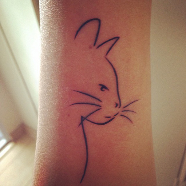 Tatuaggio di gatto pensieroso