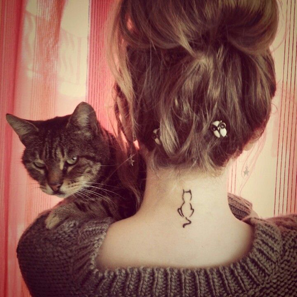 Tatuaggio di gatto dietro al collo