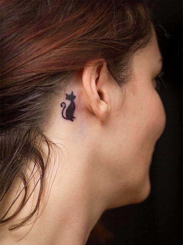 Tatuaggio di gatto dietro l'orecchio