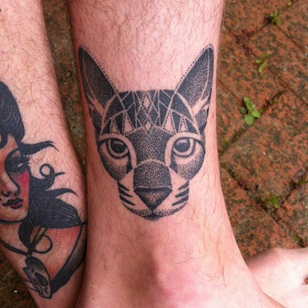 Tatuaggio di gatto minimalista in stile puntinato