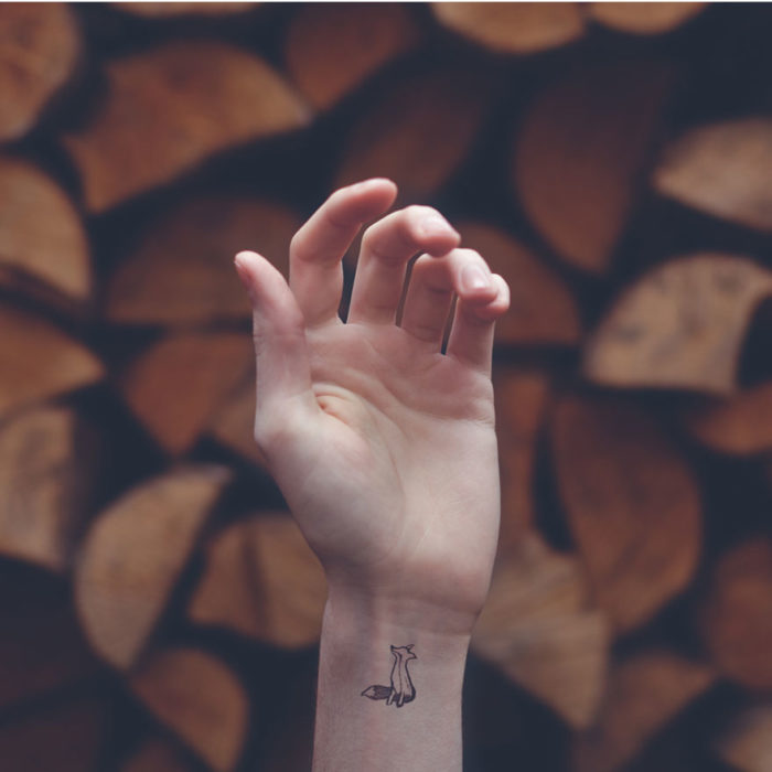 tatuaggi-piccoli-minimalisti-polso-sfondo-austin-tott-02