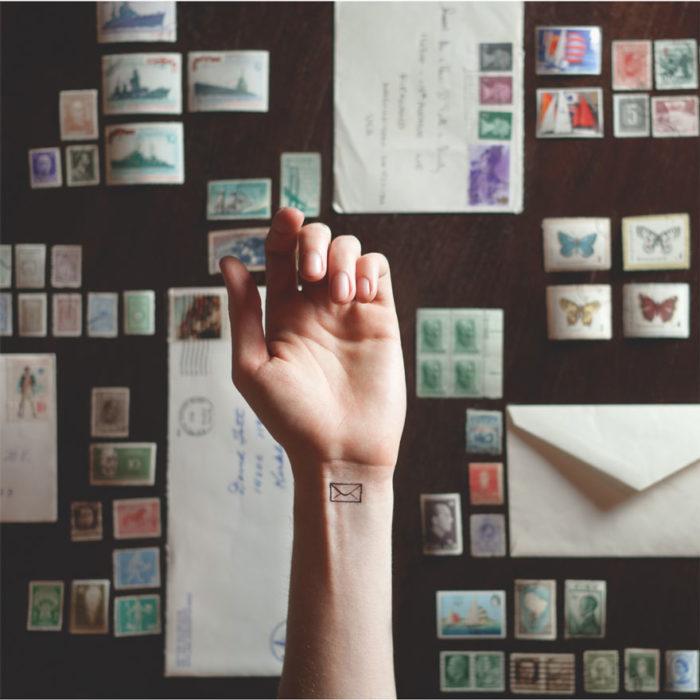 tatuaggi-piccoli-minimalisti-polso-sfondo-austin-tott-07