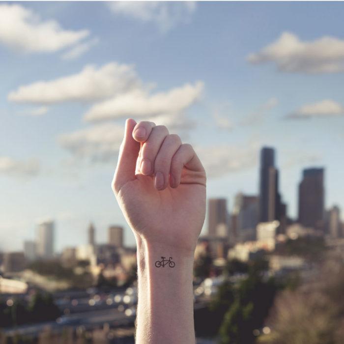 tatuaggi-piccoli-minimalisti-polso-sfondo-austin-tott-11