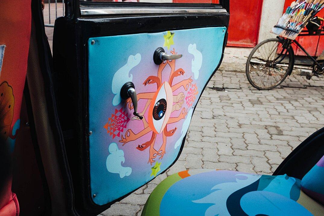 taxi-mumbai-tappezzeria-interni-colorati-disegni-artistici-taxi-fabric-08