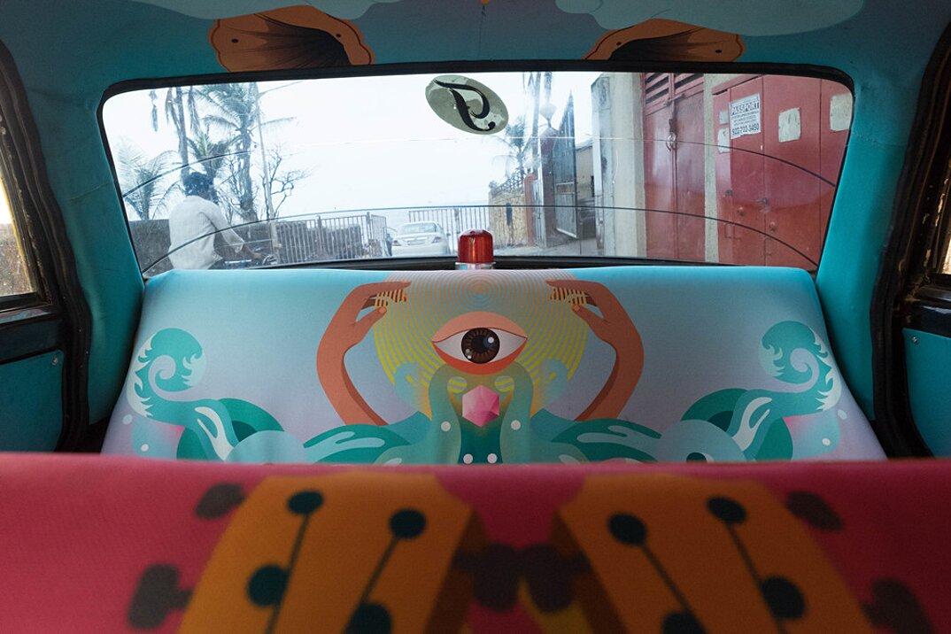 taxi-mumbai-tappezzeria-interni-colorati-disegni-artistici-taxi-fabric-09
