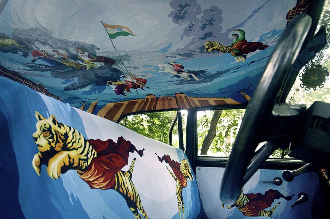 taxi-mumbai-tappezzeria-interni-colorati-disegni-artistici-taxi-fabric-10