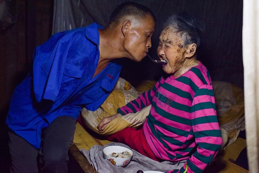 uomo-senza-braccia-imbocca-madre-malata-con-bocca-cina-chen-xinyin-01
