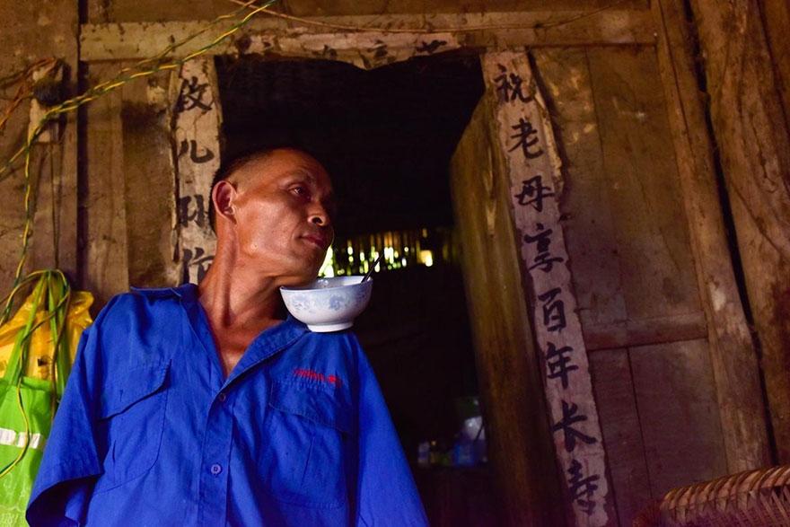 uomo-senza-braccia-imbocca-madre-malata-con-bocca-cina-chen-xinyin-02