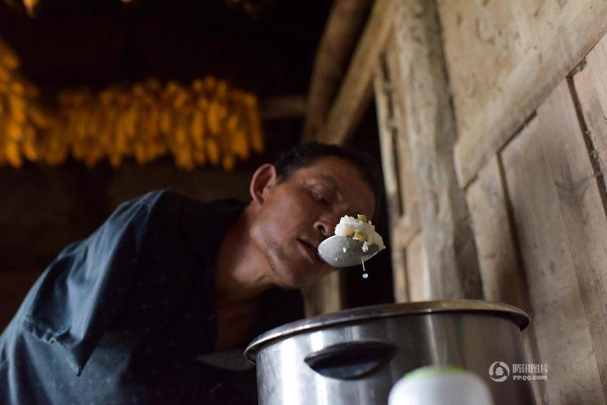 uomo-senza-braccia-imbocca-madre-malata-con-bocca-cina-chen-xinyin-03