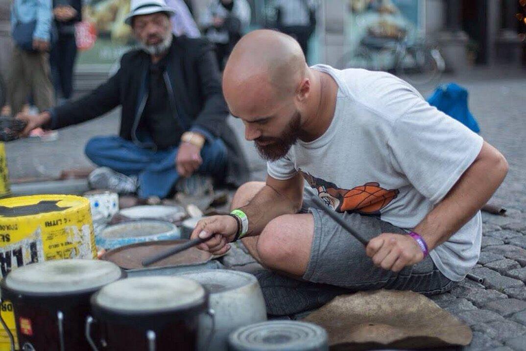 batterista-percussioni-pentole-padelle-coperchi-rottami-metallo-dario-rossi-1
