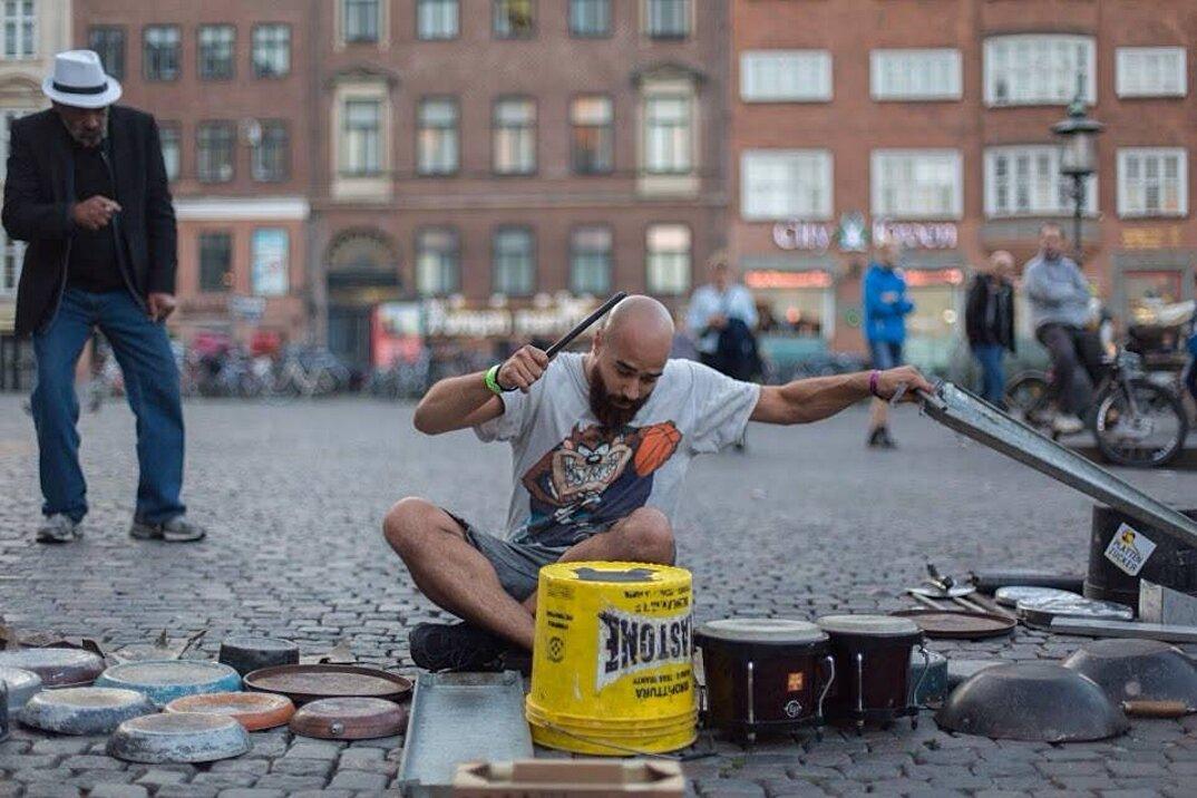 batterista-percussioni-pentole-padelle-coperchi-rottami-metallo-dario-rossi-2