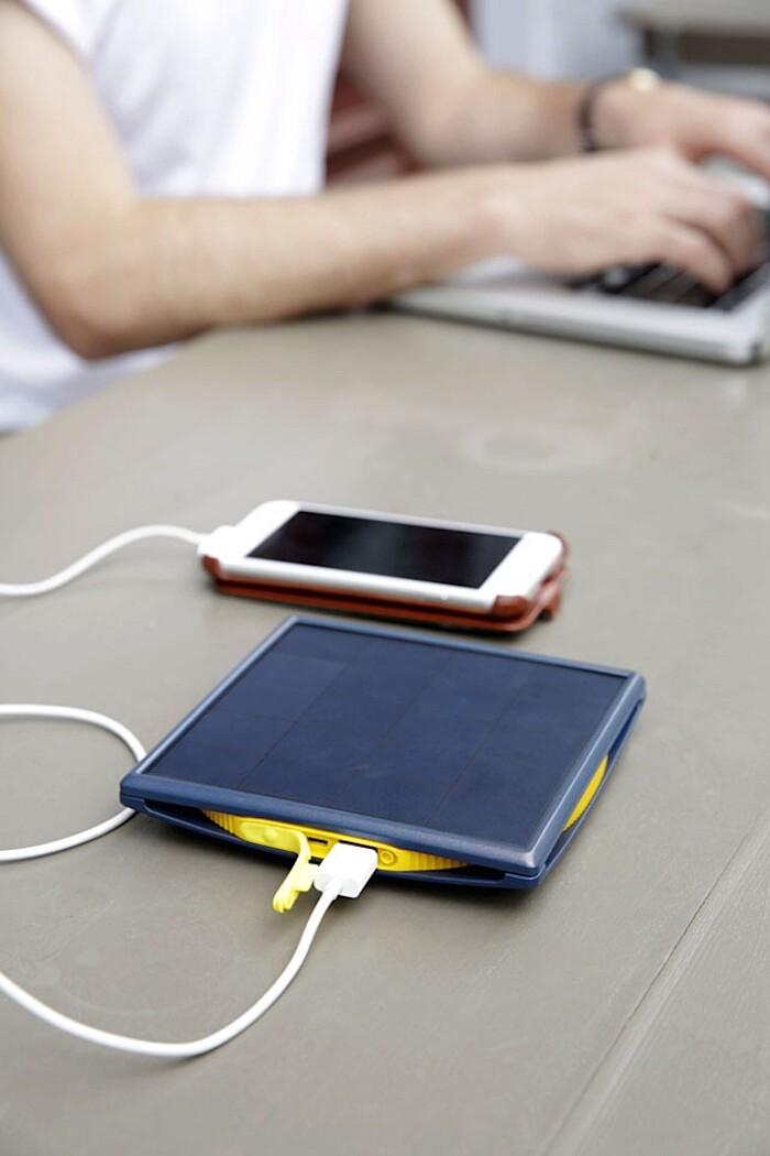 carica-batteria-cellulare-smartphone-torcia-elettrica-energia-solare-little-sun-charge-5