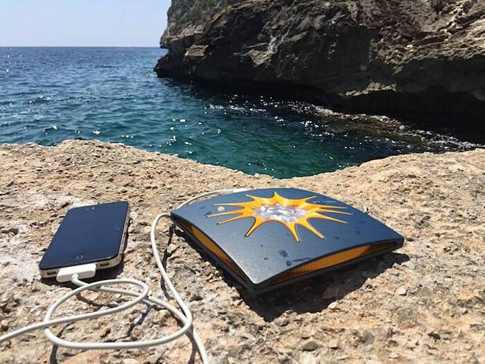 carica-batteria-cellulare-smartphone-torcia-elettrica-energia-solare-little-sun-charge-6