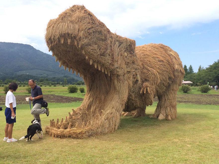 dinosauri-giganti-sculture-paglia-wara-art-festival-niigata-giappone-01
