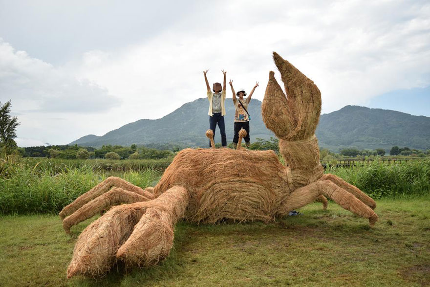 dinosauri-giganti-sculture-paglia-wara-art-festival-niigata-giappone-02