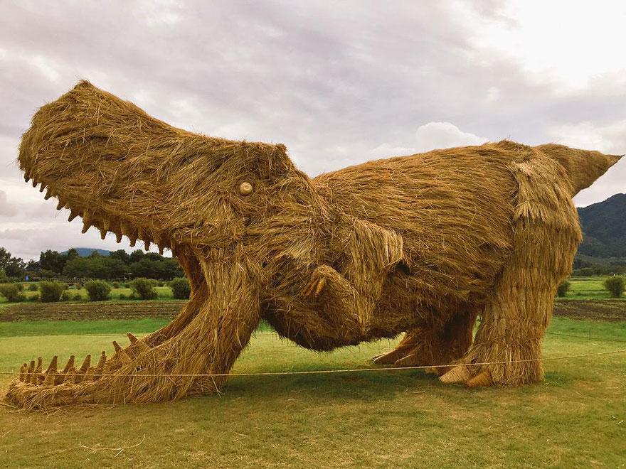 dinosauri-giganti-sculture-paglia-wara-art-festival-niigata-giappone-05