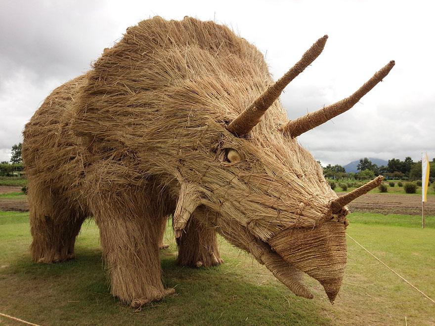 dinosauri-giganti-sculture-paglia-wara-art-festival-niigata-giappone-06