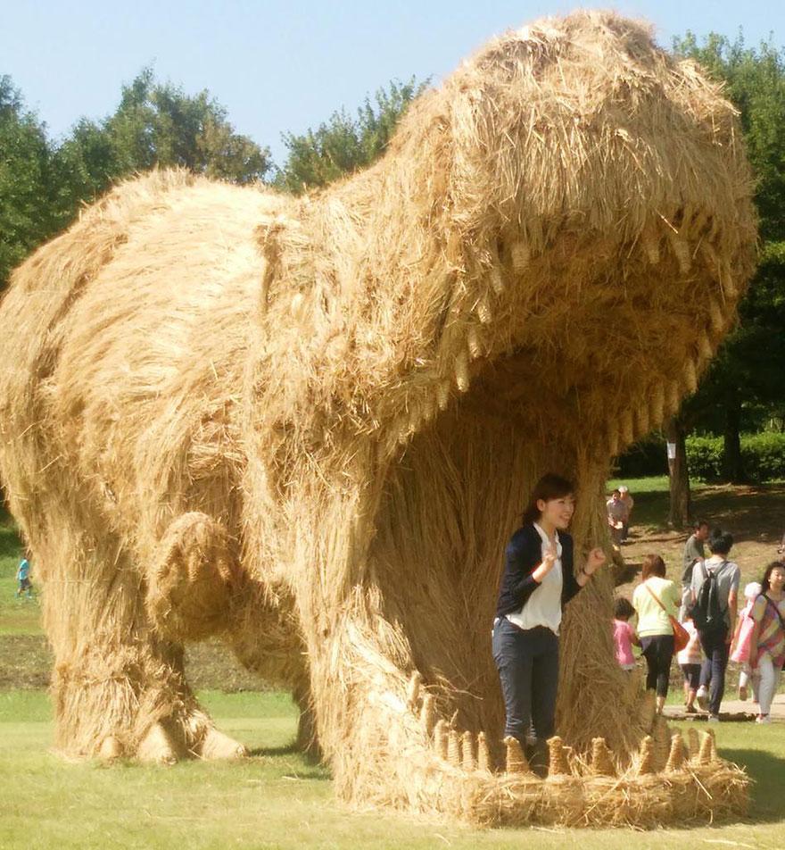 dinosauri-giganti-sculture-paglia-wara-art-festival-niigata-giappone-07