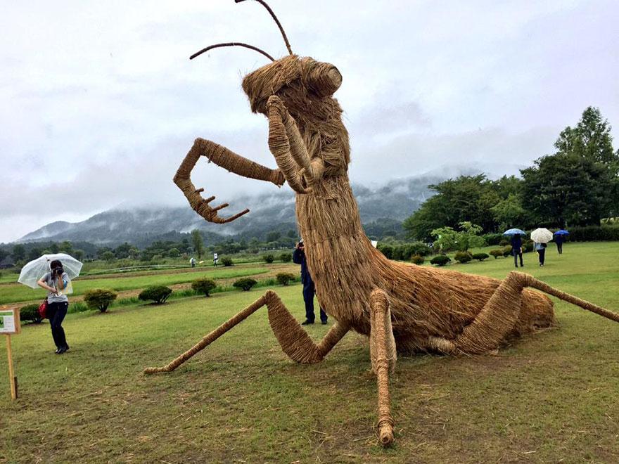dinosauri-giganti-sculture-paglia-wara-art-festival-niigata-giappone-08
