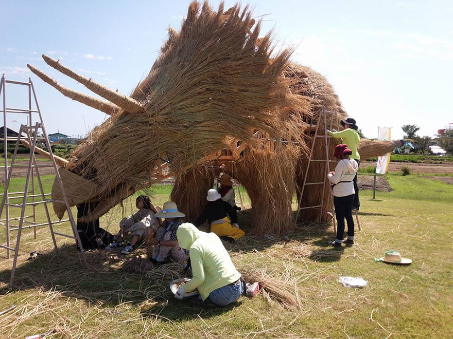 dinosauri-giganti-sculture-paglia-wara-art-festival-niigata-giappone-10