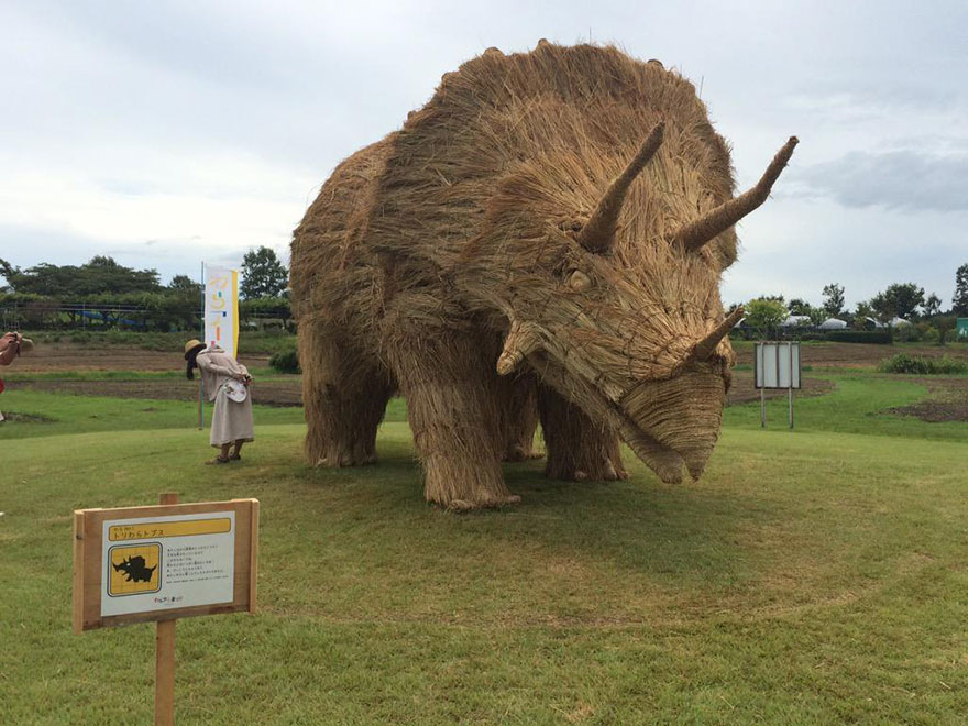dinosauri-giganti-sculture-paglia-wara-art-festival-niigata-giappone-11
