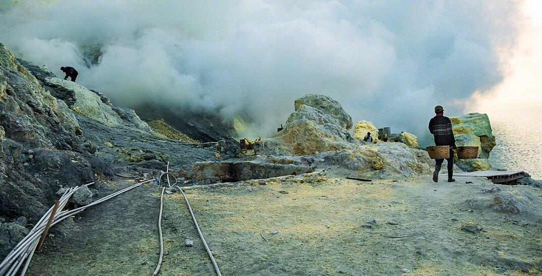 fotografia-minatori-zolfo-indonesia-davide-de-conti-01
