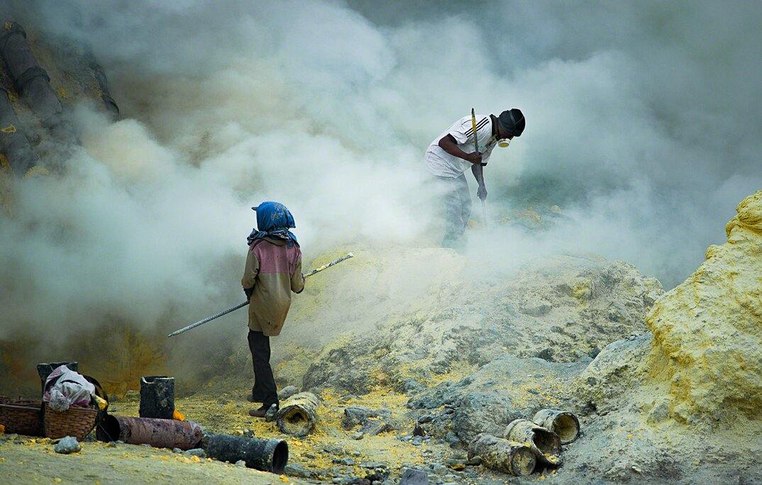 fotografia-minatori-zolfo-indonesia-davide-de-conti-02