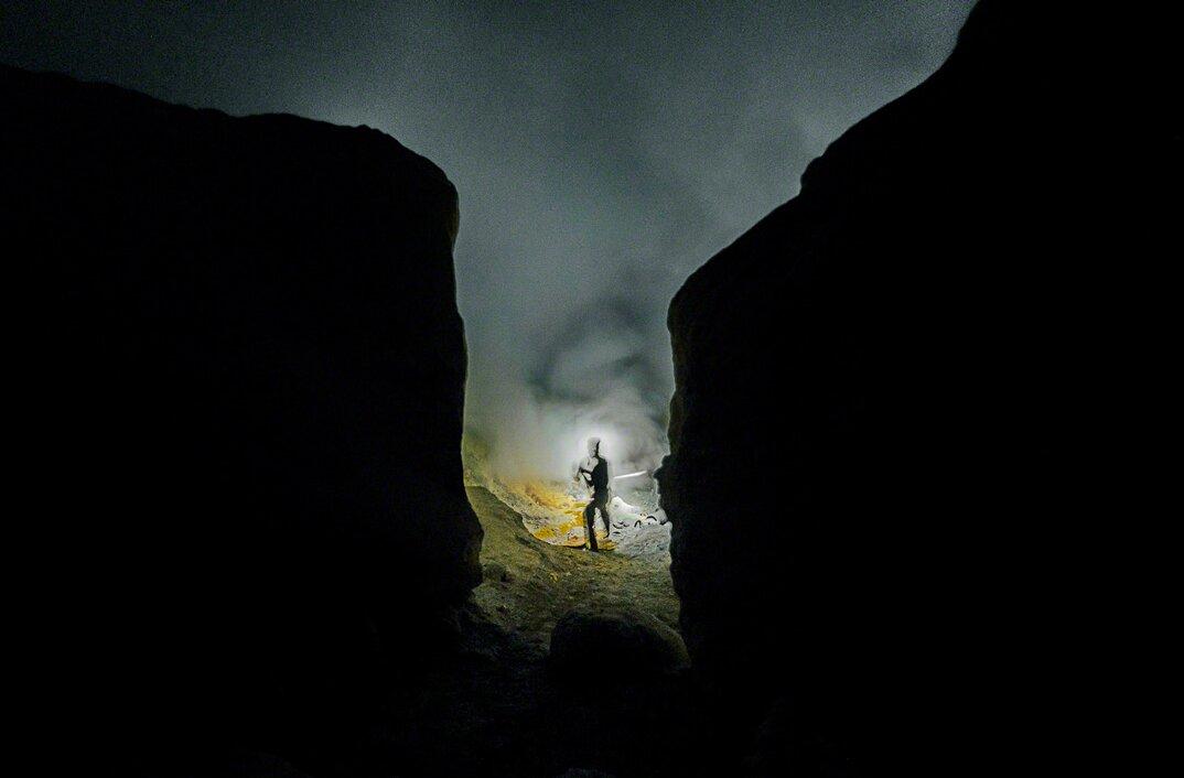 fotografia-minatori-zolfo-indonesia-davide-de-conti-03