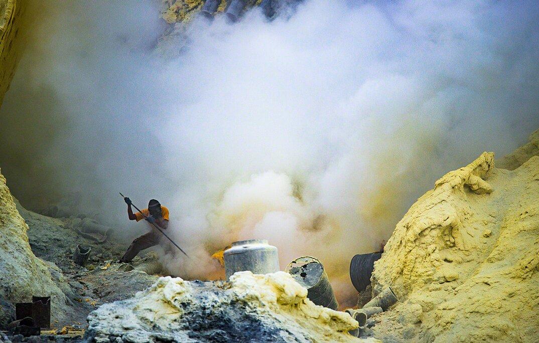 fotografia-minatori-zolfo-indonesia-davide-de-conti-09
