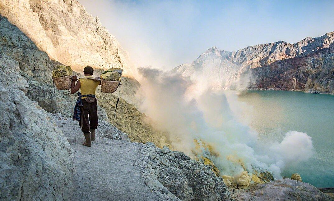 fotografia-minatori-zolfo-indonesia-davide-de-conti-10